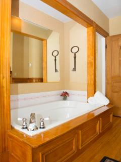 Monroe Deluxe Suite - double whirlpool bath with antique wood surround