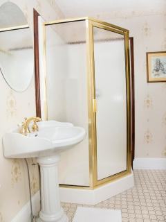 Monroe Deluxe Suite - contemporary bathroom with all modern amenities