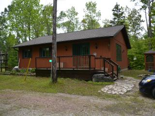 Felsbourg Cottage-PRIVACY +  1 MINUTE WALK TO A SANDY LAKE HURON BEACH, Lion's Head