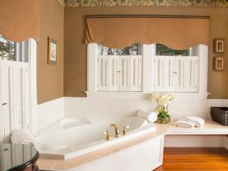 Roosevelt Luxury Suite - elegant bathroom with double whirlpool bath