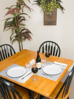 Lincoln Apartment - indoor dining