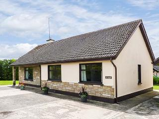 ERRIGAL, wet room, enclosed garden, beach and amenities nearby, Rosslare, Ref