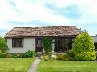 ISLA COTTAGE all ground floor, next to golf course, family-friendly in, Blairgowrie