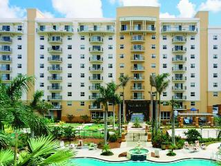 Spacious Deluxe Condo At Wyndham Palm Aire Shuttle to the Beach