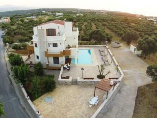 LUXURIOUS VILLA, ATTIC, LARGE POOL - LOW RATES !!!, Stavromenos