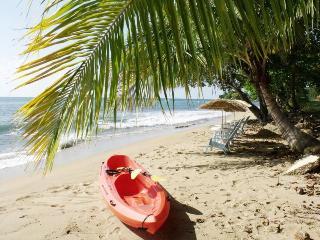 Sea View Beachside condo sleeps 9 across the beach, Rincón