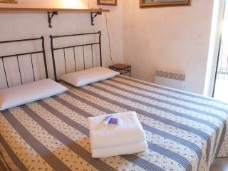 Traditional Apartment with Balcony in the Old Town, Cannes