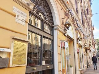 Quiet apartment near Termini. Up to 9 person!!, Roma