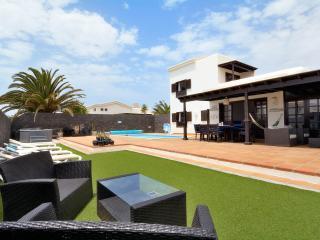 Stunning detached villa inc private pool & hot tub, Playa Blanca
