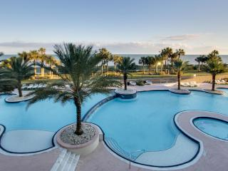 Spectacular beachfront condo w/ flatscreen Apple TV + shared pool & hot tub!, Tiki Island