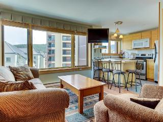 Ski-in/out condo in Town w/ pool & hot tub access!, Breckenridge