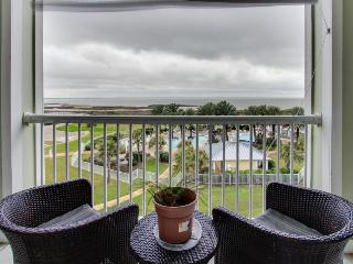 Condo on bay shores w/ shared pool & hot tub plus access to the Beach Clubs!