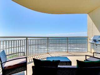 Luxury beachfront condo with amazing views & shared hot tubs, pools & more!, Crystal Beach