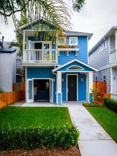 Modern beach house w/soaking tub, bikes, designer kitchen & great patio area!
