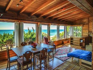 Warm oceanfront beach cabin w/natural wood siding., La Jolla