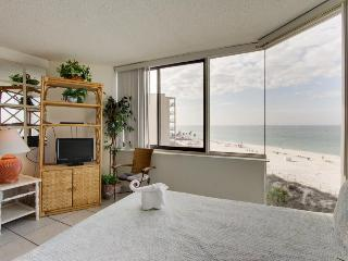 Oceanfront condo w/ shared pool, close to beach - snowbirds welcome!