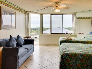Cozy studio right near the sand w/shared pools & sun deck - snowbirds welcome!