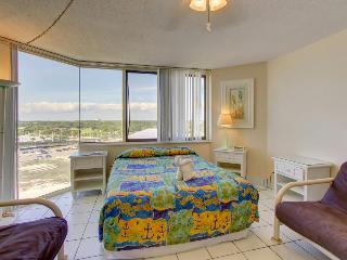 Beachfront condo with access to pools, fitness, & game room!, Panama City Beach