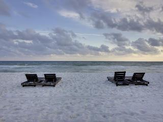 Oceanfront condo w/beach & pool access, and stunning views - snowbirds welcome!