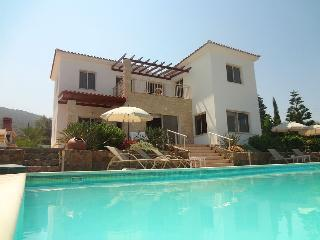 Stunning villa, perfect place to relax and unwind., Pomos