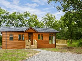 CHAFFINCH LODGE, pet-friendly lodge, patio, fishing on site, Hatherleigh Ref