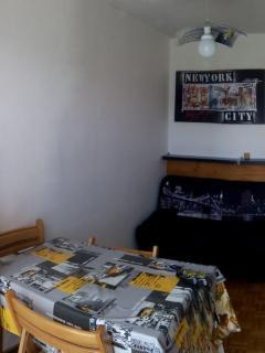 Pièce principale avec BZ  en140, Table ,4 chaises, TV avec TNT