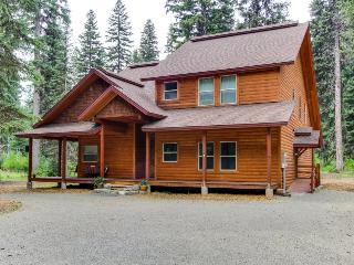 Rustic McCall lodge w/private dock access, jetted tub & ping pong table!