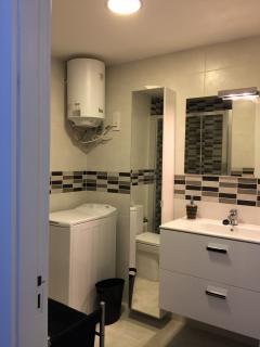 Baño completamente equipado, botiquín, lavadora, toallas, secador de pelo, etc.