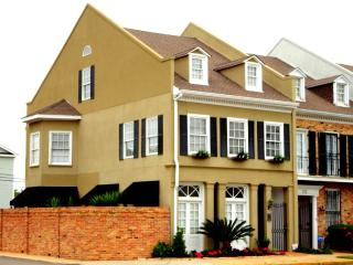The French Townhouse, a luxury 4 bedroom property., Biloxi