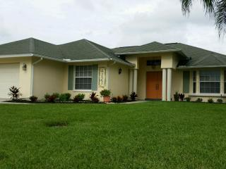 Gulf Access 3 BR. Canal Home & Solar Heated Pool, Cape Coral