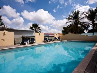 Casa Gris, a lovely house with ocean view and communal pool at Caribbean Club