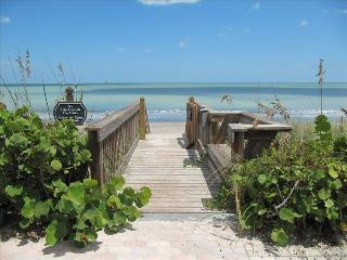SPACIOUS CONDO STEPS FROM THE BEACH, Vero Beach