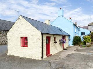 FFYNNON TOM, romantic retreat, exposed character beams, king-size bed, in Trefin, Ref 8725