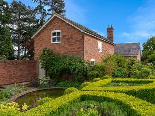 MAPLE TREE COTTAGE luxury accommodation, beautiful gardens in Wollerton near Market Drayton Ref 921170