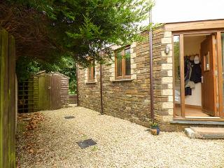 CANDLES COTTAGE, near beaches, off road parking, garden, in Newquay, Ref 927459