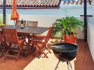 Casa Enmedio - Andalusian townhouse with terrace, splendid views and access to beaches and golf, Guaro