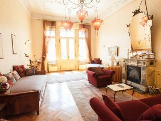 Stylish historic flat with fire-place and balcony!, Budapeste