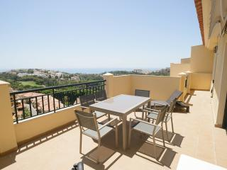 Luxury 2 Bedroom Penthouse. Wifi, Sea & Golf Views