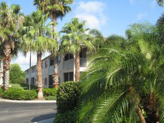 Furnished 2 BR/2B condo 5 min from the beach