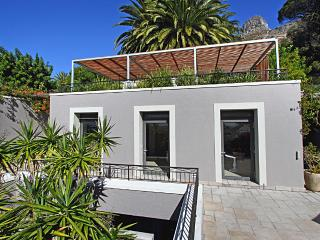 Cottage de la Mer, Bantry Bay, Cape Town, with Sea views, free Wi-Fi and 5* Pool