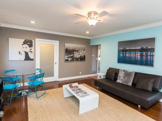 West HOLLYWD area-FAB-2 BDRMS+4 beds+WiFi+A/C+DECK, Los Ángeles