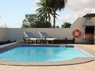 Piscina privada climatizada, amplio jardín, solarium, minigolf, barbacoa, comedor exterior
