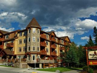 Elkhorn at Falcon Crest: Studio Sleeps 4 Kitchen, Canmore