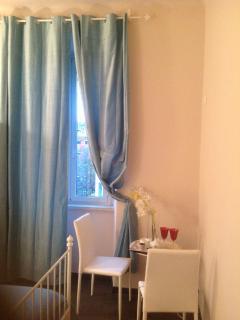 Imperia camera arredata da letto matrimoniale,armadio,tavolo,sedie aria condizionata vista nel Viale