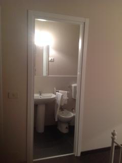 Ogni camera matrimoniale ha il suo bagno con doccia e sono dotati di asciuga capelli e saponi
