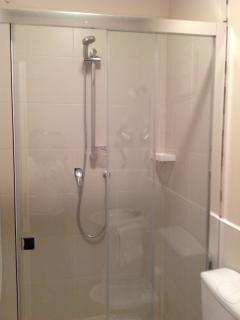 Interno della cabina doccia della camera Lucrezia  spaziosa e confortevole