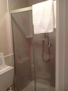 Interno della cabina doccia della camera Clelia larga e senza impedimenti