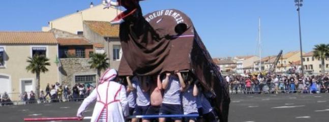 Le Boeuf, animal totèmique de la ville, est de sorti lors des fêtes locales (1er et 8 mai, mi août)