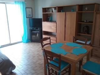 Salon avec TV DVD (films à disposition) et table pour 4 à 6 personnes