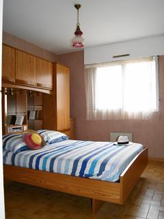 Chambre avec lit 140cm et nombreux rangement + 1 lit d'appoint en 90 cm